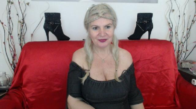 Explore your dreams with webcam model Adama4u: Kissing
